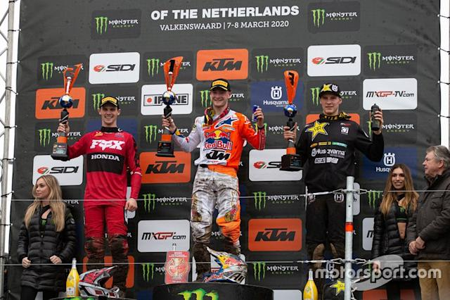 "Podio: Jeffrey Herlings, Red Bull KTM Factory Racing con Tim Gajser, HRC Honda al secondo posto Arminas Jasikonis, Husqvarna al terzo posto <span class=""copyright"">Ray Archer/KTM Media Library</span>"