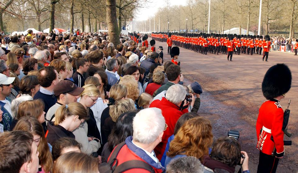 403364 17: Crowds gather to pay their respects to the Queen Mother April 5, 2002 as her ceremonial procession makes its way down the Mall in London. The Queen Mother will lie in state in Westminster Hall before her funeral in four days. (Photo by Anthony Harvey/Getty Images)