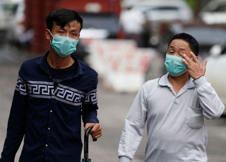 Men wear masks to protect themselves from H1N1 in Yangon, Myanmar July 24, 2017. REUTERS/Soe Zeya Tun