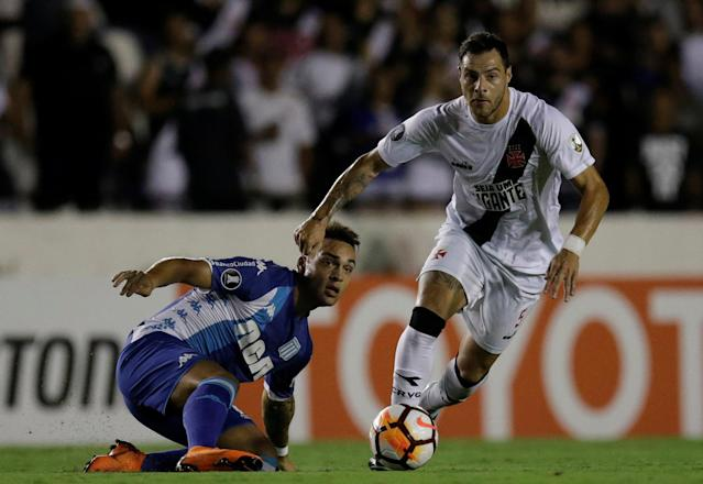 Soccer Football - Vasco da Gama v Racing - Copa Libertadores - Sao Januario stadium, Rio de Janeiro, Brazil - April 26, 2018. Leandro Desabato (R) of Vasco da Gama and Lautaro Martinez of Racing in action. REUTERS/Ricardo Moraes