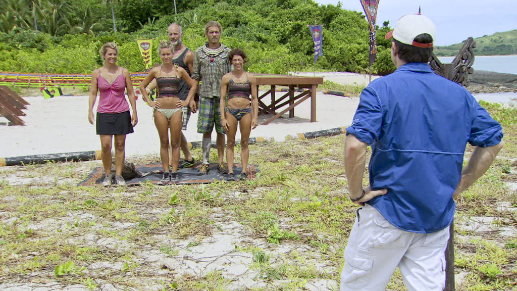 """Jeff Probst explains the Immunity Challenge to Lisa Whelchel, Abi-Maria Gomes, Michael Skupin, Malcolm Freberg (previous winner) and Denise Stapley in the """"Survivor: Philippines"""" episode, """"Gouge My Eyes Out."""""""