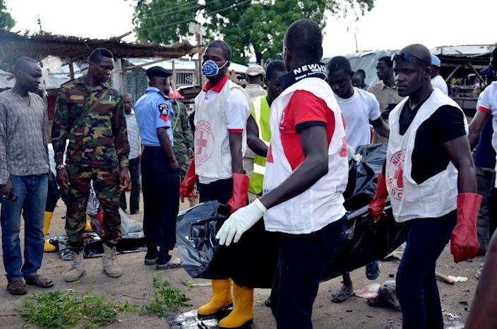 Nigerian Red Cross workers carry a body away from the scene of the bomb attack at Gomboru market in Maiduguri, northeast Nigeria on July 31, 2015 (AFP Photo/)