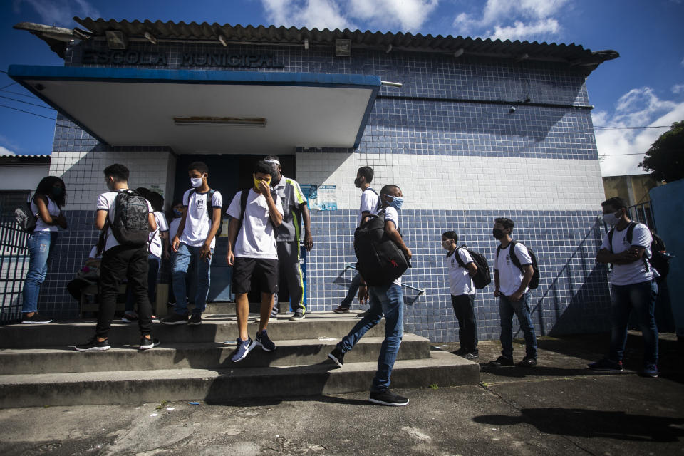 RIO DE JANEIRO, BRAZIL - NOVEMBER 24: Students wearing a face masks walk inside the Carioca Coelho Municipal School of Application, in the Ricardo de Albuquerque neighborhood on November 24, 2020 in Rio de Janeiro, Brazil. Schools in Rio de Janeiro continue with the gradual reopening that began on November 17, after eight months due to the coronavirus pandemic. Only some students are resuming face-to-face activities, following strict protocols and with a limit of students per shift. (Photo by Bruna Prado/Getty Images)