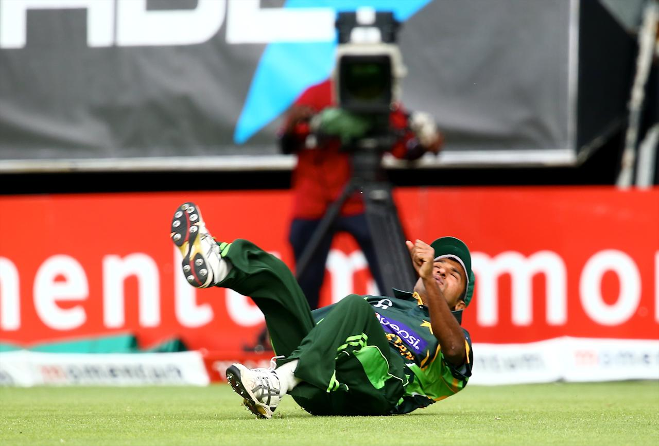 PORT ELIZABETH, SOUTH AFRICA - NOVEMBER 27: Bilawal Bhatti of Pakistan fails to make the catch during the 2nd One Day International match between South Africa and Pakistan at AXXESS St Georges on November 27, 2013 in Port Elizabeth, South Africa. (Photo by Richard Huggard/Gallo Images)