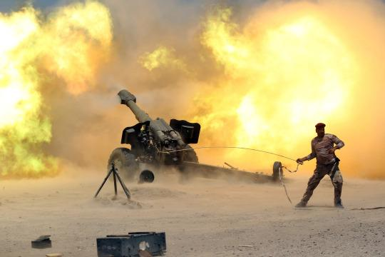 <p>A member of the Iraqi security forces fires artillery during clashes with Islamic State militants near Falluja, Iraq, May 29, 2016. <em>(Reuters/Alaa Al-Marjani)</em> </p>