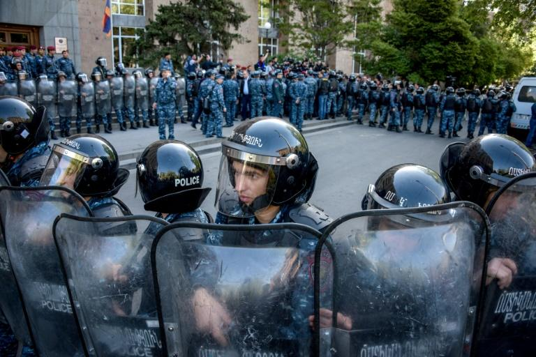 Armenian special police forces block the entrance of the government's headquarters during an anti-government rally, in central Yerevan on April 19, 2018.Police in the Armenian capital Yerevan detained scores of demonstrators on April 19, 2018