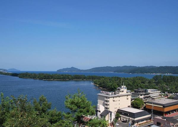 Enjoy a view of Amanohashidate and the sea from the guest rooms through the seasons.