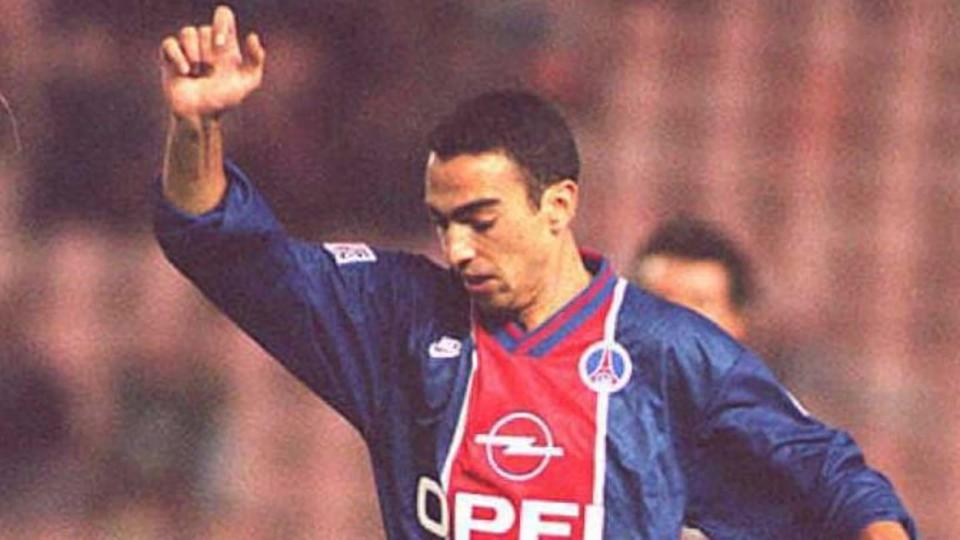 Parisian Youri Djorkaeff (l) overtakes Strasbourg' | VINCENT ALMAVY/Getty Images
