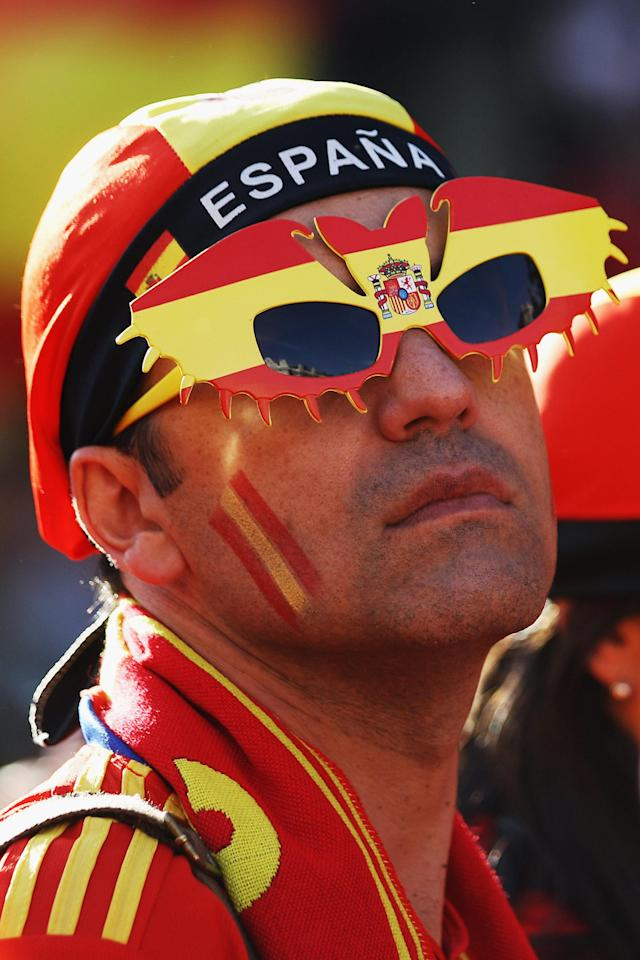 MADRID, SPAIN - JULY 02: A Spain supporter waits to congratulate the national team's players as they return to Madrid following their victory in Euro 2012 football championships on July 2, 2012 in Madrid, Spain. Spain beat Italy 4-0 in the UEFA EURO 2012 final match in Kiev, Ukraine, on July 1, 2012. (Photo by Oli Scarff/Getty Images)