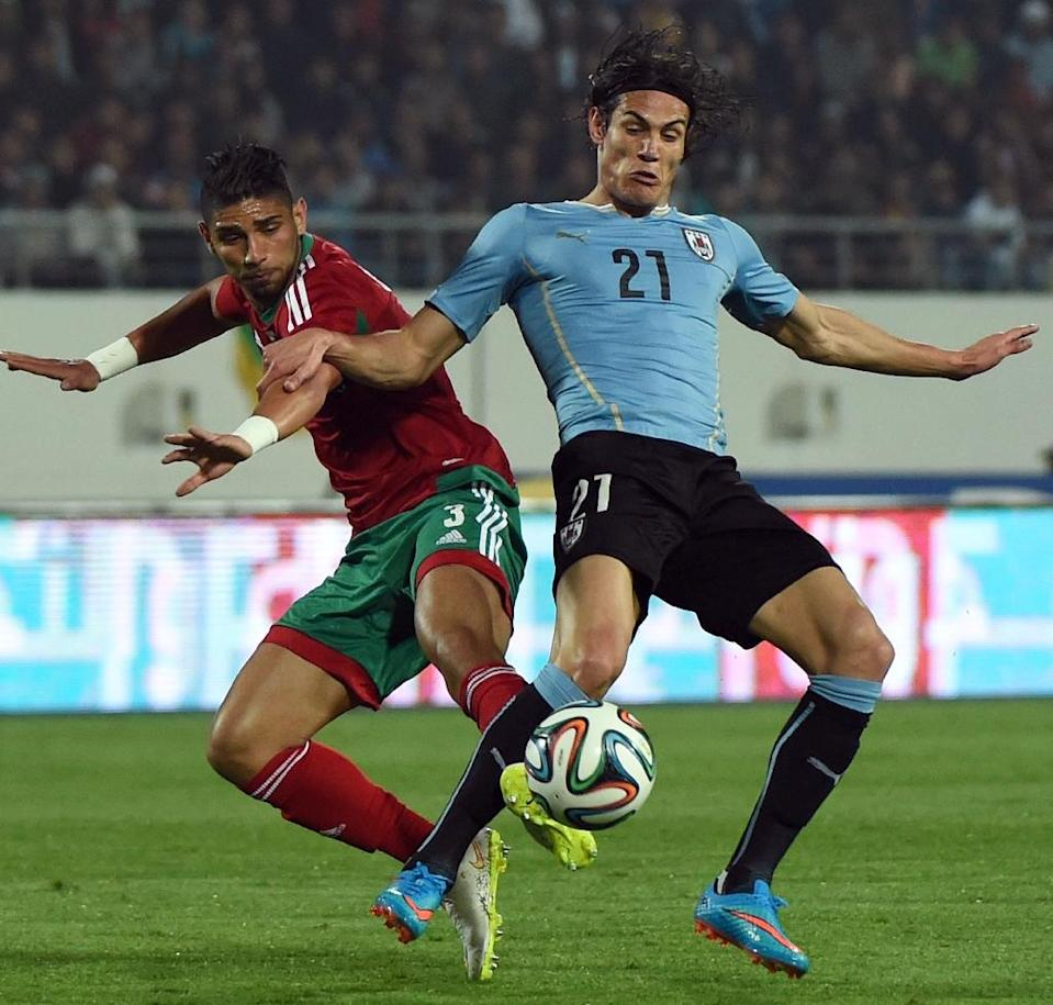 Uruguay's Edison Cavani (R) fights for the ball with Morocco's Achraf Lazaar during their friendly match in preparation for the Copa America tournament, in Agadir, on March 28, 2015 (AFP Photo/Fadel Senna)