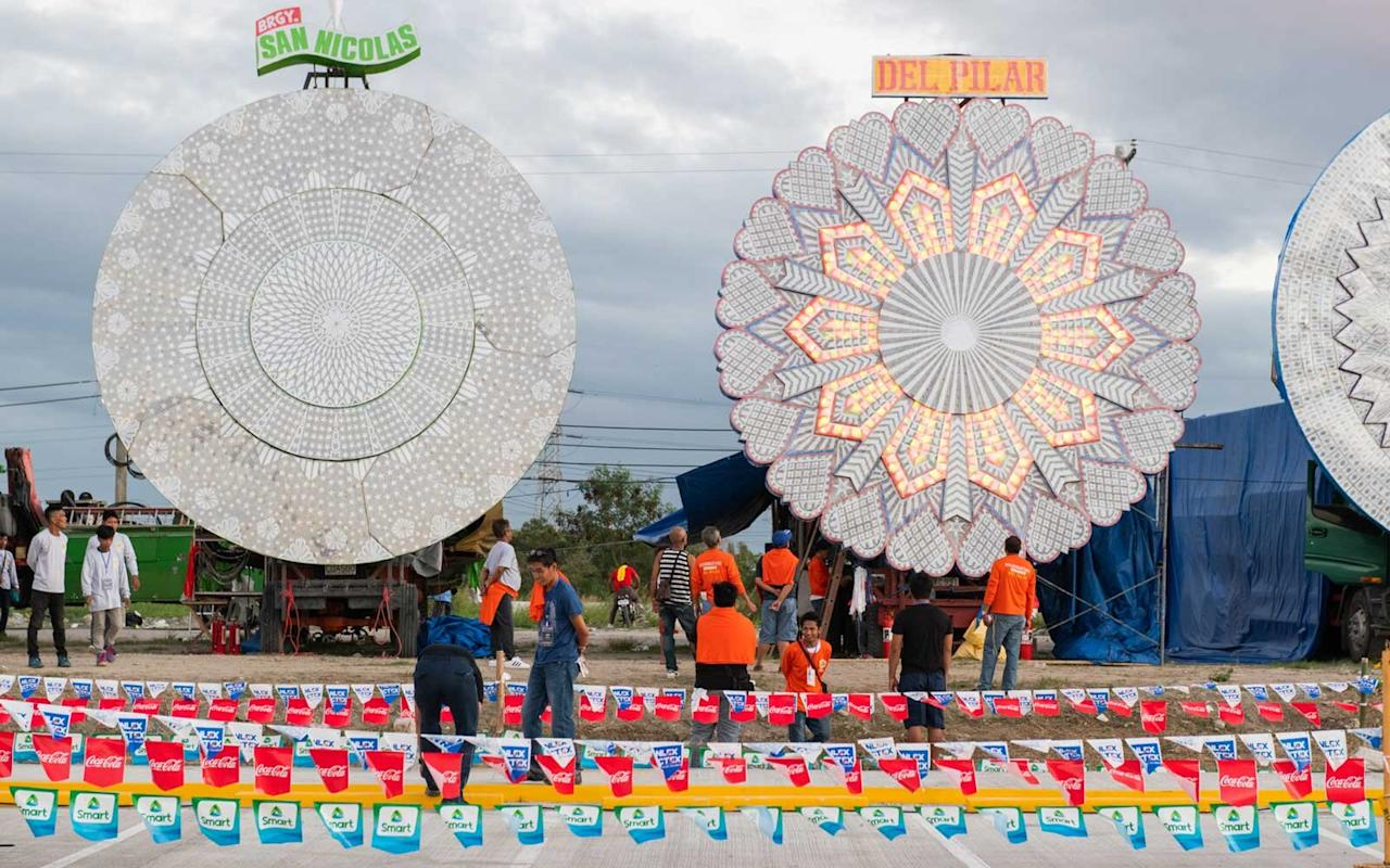 <p>The Del Pilar lantern team performs a test before the competition begins.</p>