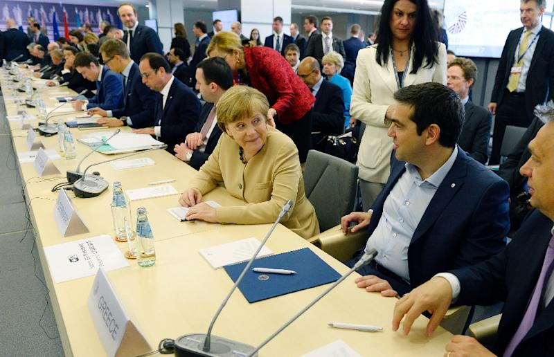 German chancellor Angela Merkel (C) talks with Greek Prime Minister Alexis Tsipras (R) at the EU Eastern Partnership Summit in Riga, on May 22, 2015 (AFP Photo/Alain Jocard)