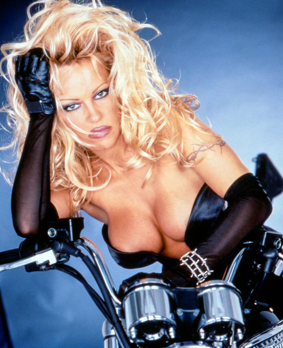 Anderson in promotional photos for 'Barb Wire' (Photo: Gramercy Pictures/courtesy Everett Collection)