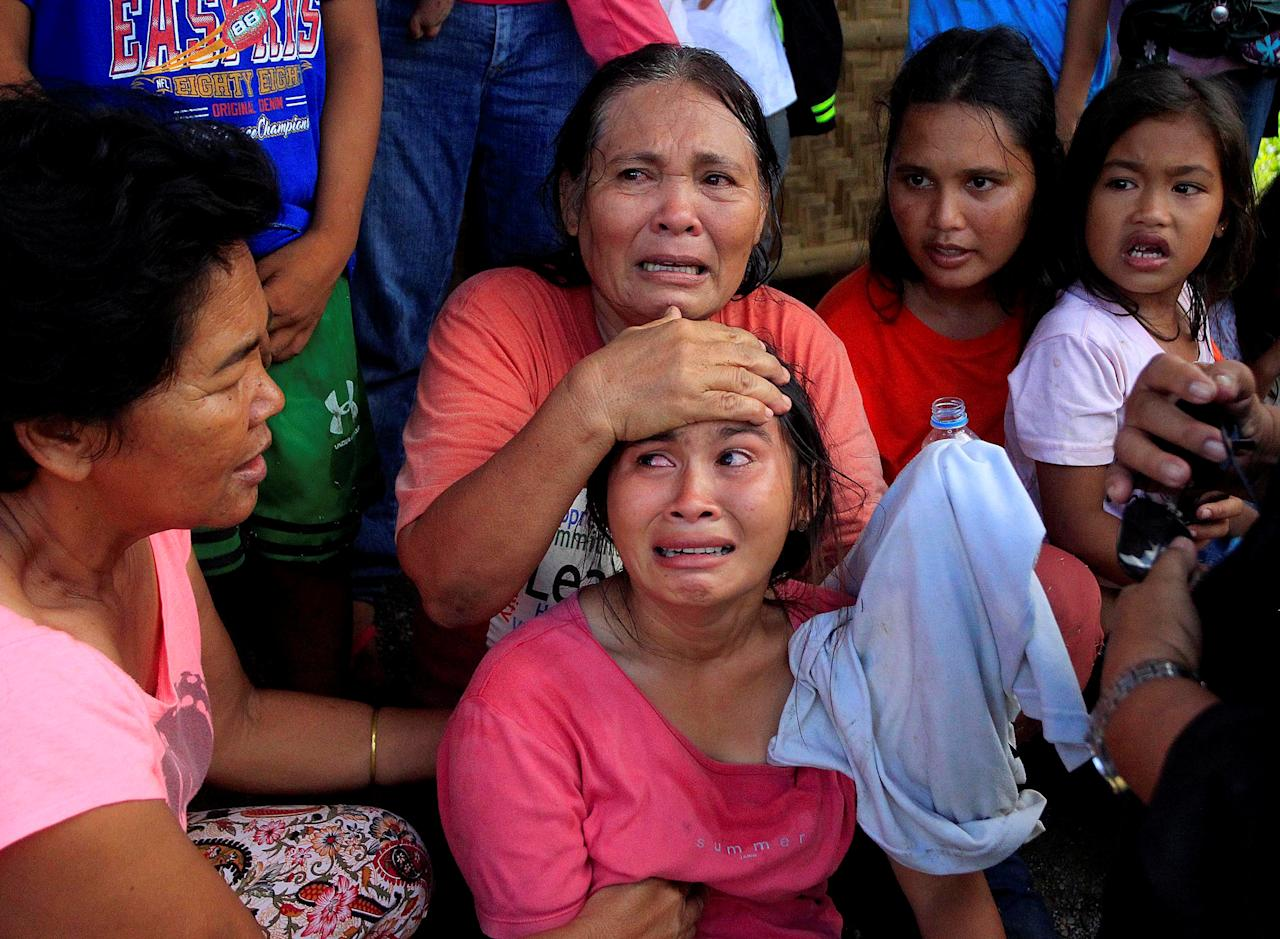 Residents who want to evacuate from their homes gather while waiting for a vehicle after Islamist militants, who had holed up in a primary school, retreated after a gunbattle with troops but were holding some civilians hostage, in Pigcawayan, North Cotabato, Philippines June 21, 2017. REUTERS/Marconi Navales NO RESALES. NO ARCHIVES     TPX IMAGES OF THE DAY
