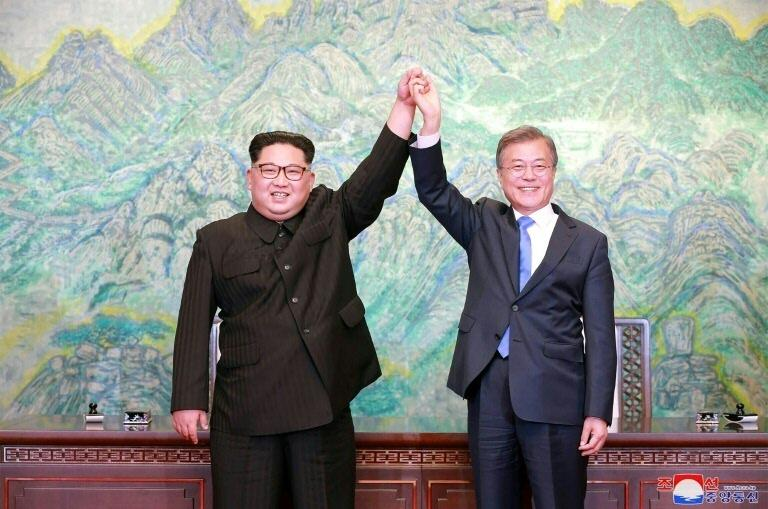 Os presidentes da Coreia do Norte (esq.), Kim Jong-un, e da Coreia do Sul, Moon Jae-in