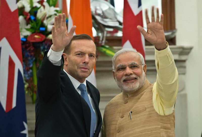 Indian Prime Minister Narendra Modi (R) with Australian Prime Minister Tony Abbott (L) after signing a pact to supply uranium to India in New Delhi, September 5, 2014 (AFP Photo/Prakash Singh)