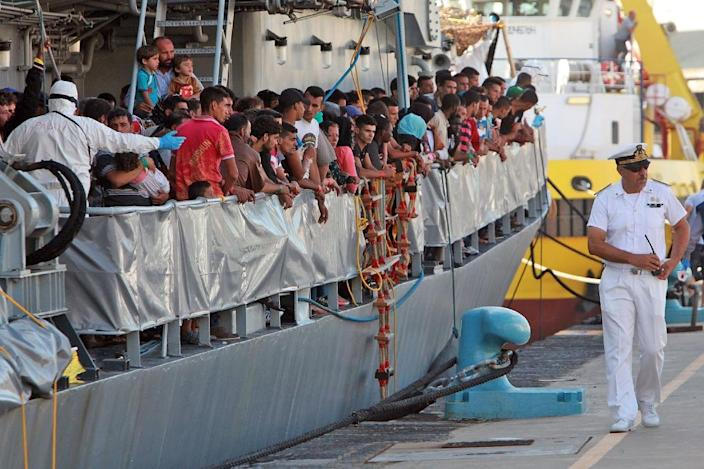 Migrants prepare to disembark from the Irish Military ship L.E. Niamh upon its arrival in the port of Messina in Italy on July 29, 2015 (AFP Photo/Giovanni Isolino)