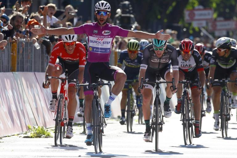 Colombian Fernando Gaviria, of the Quick Step team, celebrates as he crosses the finish line to win ahead of Ireland's Sam Bennett (Bora) (R) in the 13th stage of the Giro d'Italia from Reggio Emilia to Tortona on May 19, 2017