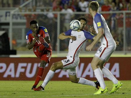 Football Soccer - Panama v USA - World Cup 2018 Qualifiers - Rommel Fernandez stadium, Panama city, 28/3/17.Luis Tejeda of Panama and Omar Gonzales (C) and Tim Ream of the U.S.  in action. REUTERS/Juan Carlos Ulate
