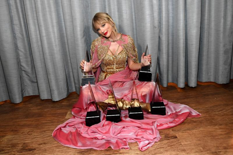 Taylor Swift posing with her American Music Awards