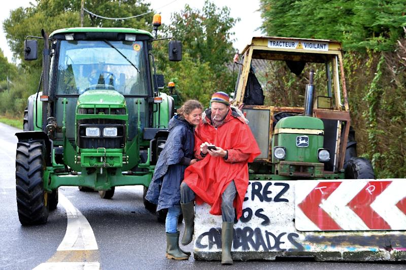 Opponents to the international airport project near Notre-Dame-des-Landes by a blockade during a demonstration on September 22, 2015 (AFP Photo/Jean-Francois Monier)