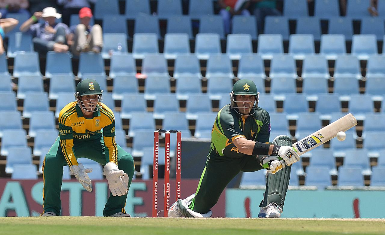 Pakistan's cricketer Umar Akmal (R) plays a shot  from unseen South Africa's cricketer Imran Tahir during the final ODI between South Africa and Pakistan at SuperSport Park in Centurion on November 30, 2013.  AFP PHOTO / ALEXANDER JOE