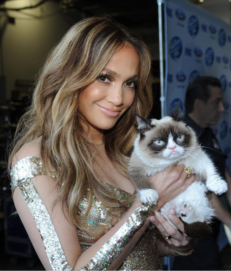 "HOLLYWOOD, CA - APRIL 24: Judge Jennifer Lopez and Grumpy Cat backstage at FOX's ""American Idol XIII"" Top 6 to 5 Live Elimination Show on April 24, 2014 in Hollywood, California. (Photo: Ray Mickshaw/FOX via Getty Images)"