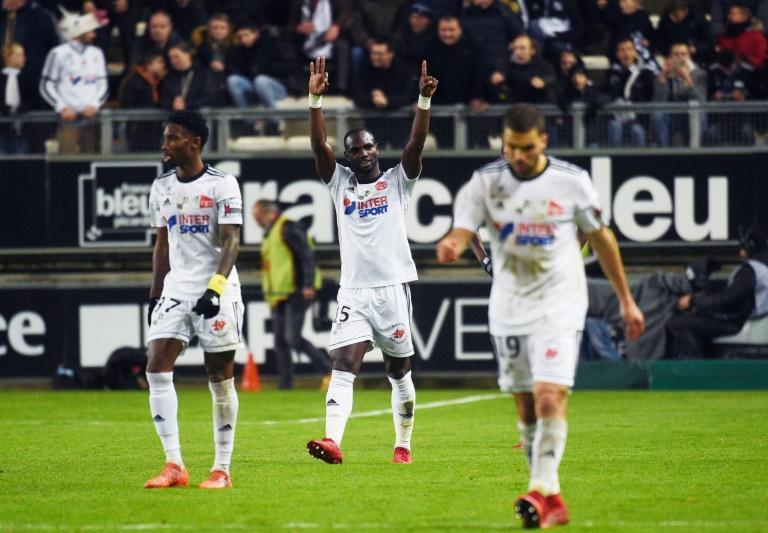 Amiens' forward Pape Moussa Konate (C) celebrates after scoring against Lille on November 20, 2017, at the Licorne Stadium in Amiens, northern France