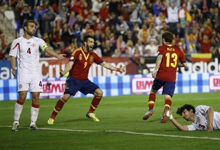 Spain's Juan Mata (2nd R) celebrates his goal with his teammate Alvaro Negredo next to Georgia's Giorgi Khidesheli (R) and Guram Kashia during their 2014 World Cup qualifying soccer match at Carlos Belmonte stadium in Albacete October 15, 2013. REUTERS/Juan Medina