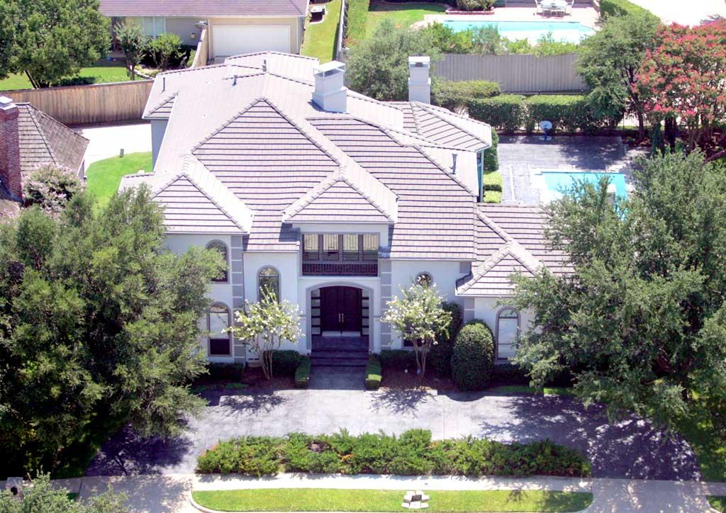 "It looks like Tony Romo's posh new pad in Irving, Texas, has enough square footage for Jessica Simpson and all of her clothes. Perhaps the pair will make his house their home in the near future. Cherokee Michaels/<a href=""http://www.splashnewsonline.com"" target=""new"">Splash News</a> - August 23, 2008"