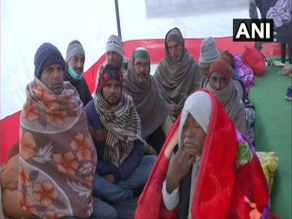 People feel the chill breeze at Singhu border (Photo ANI)