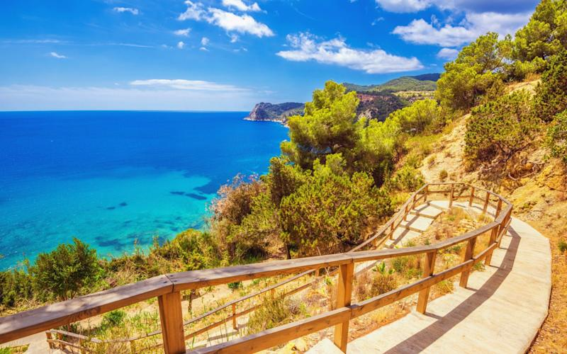 Fee-free credit cards can save holidaymakers thousands - iStockphoto