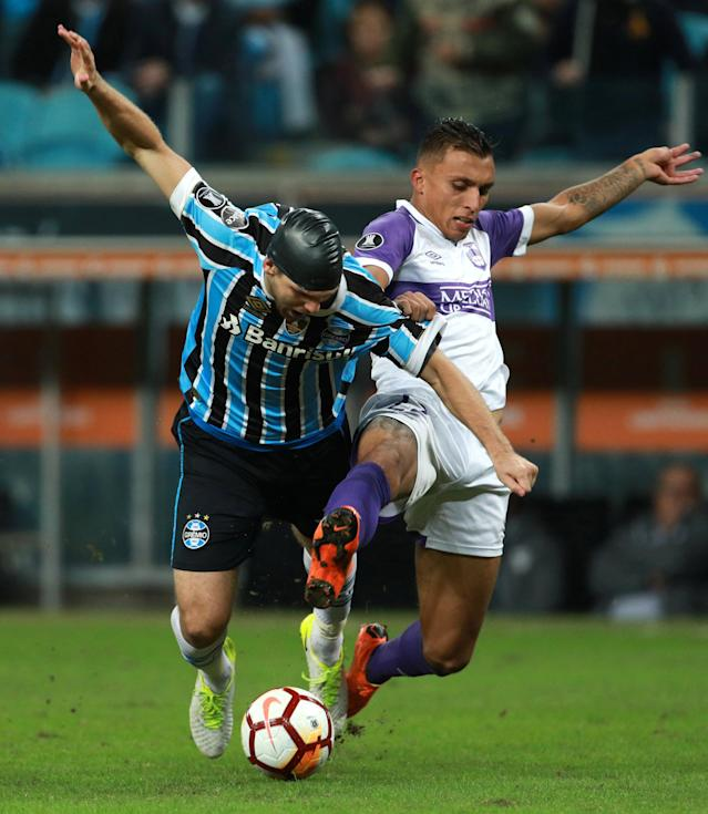 Soccer Football - Copa Libertadores - Brazil's Gremio v Uruguay's Defensor Sporting - Arena do Gremio stadium, Porto Alegre, Brazil - May 23, 2018 - Walter Kannemann (L) of Gremio and Matias Suarez of Defensor Sporting in action. REUTERS/Diego Vara