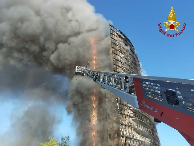 A large fire rips through a block of flats in Milan, Italy, August 29, 2021. Picture taken August 29, 2021. Vigili del Fuoco/Handout via REUTERS ATTENTION EDITORS THIS IMAGE HAS BEEN SUPPLIED BY A THIRD PARTY. DO NOT OBSCURE LOGO. (Photo: VIGILI DEL FUOCO via Via REUTERS)