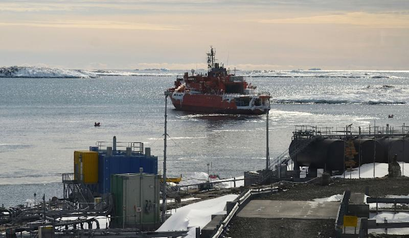 Refloated after running around with 68 people onboard, Australia's flagship icebreaker Aurora Australis sails from Mawson research station in Antarctica (AFP Photo/)