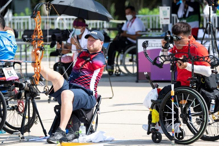 USA's Matt Stutzman (L) and China's Ai Xinliang (R) compete in the men's archery individual ranking round during the Tokyo 2020 Paralympic Games at the Yumenoshima Park archery field in Tokyo on August 27, 2021. (AFP/Charly TRIBALLEAU)