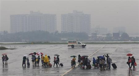 Survivors of super typhoon Haiyan arrive from Tacloban, after being flown out by the U.S. Air Force, at a Manila airport November 13, 2013. REUTERS/Wolfgang Rattay