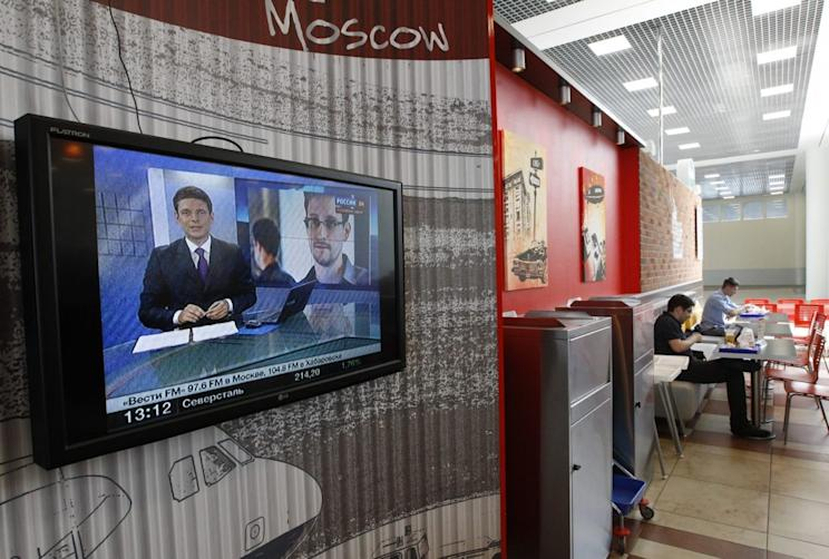 A television screen shows Snowden during a news bulletin at a cafe at the Moscow's Sheremetyevo airport June 26, 2013. REUTERS/Sergei Karpukhin