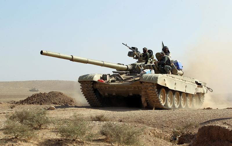 An Iraqi forces tank advances towards the village of Salmani, south of Mosul, on October 30, 2016 during the ongoing battle against the Islamic State to liberate the city of Mosul