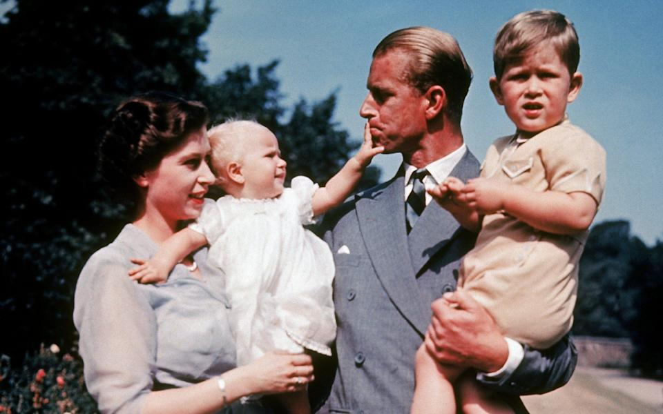 The first color photograph of the Princess Royal, taken in 1951, in the arms of her mother the Queen while her father, Prince Philip, holds her brother Prince Charles - Keystone-France