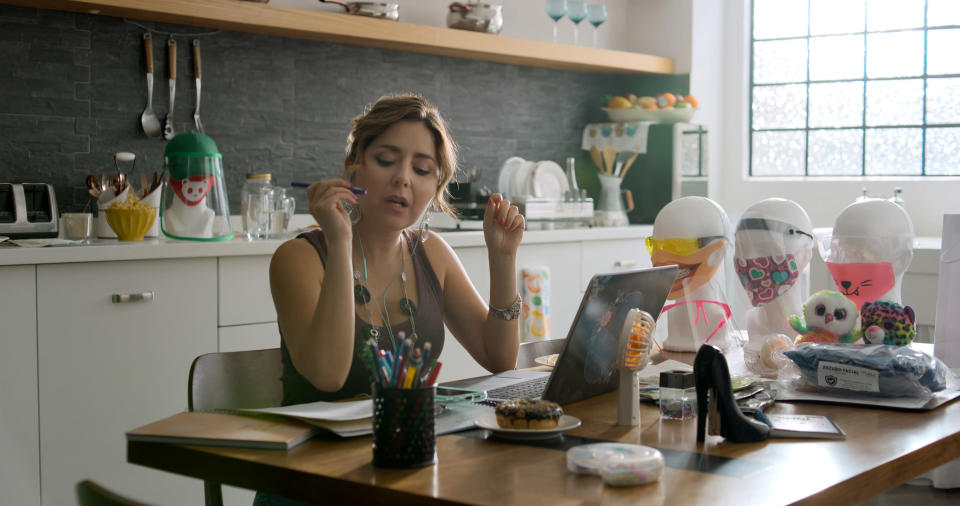 "Diana Bovio en el papel de Nancy en una escena de ""Home Office: un especial de Mirreyes contra Godínez"" de Amazon Prime Video. El especial se estrena el 18 de diciembre de 2020. (Amazon Prime Video via AP)"