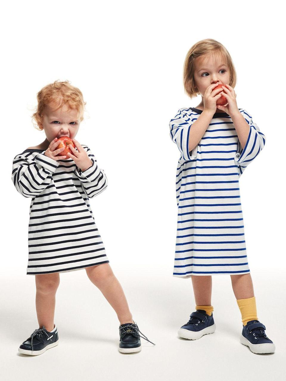 <p>Per Sophie. Marinière di jersey a maniche lunghe, <strong>Petit Bateau</strong> (29,90 euro ), stringate <strong>Walkey</strong> (75 euro). Per Alice. T-shirt a maniche corte, <strong>Petit Bateau</strong> (21,90 euro), calze <strong>Zara Kids</strong> (5,95 euro), sneakers <strong>Walkey</strong> (59,50 euro).</p>