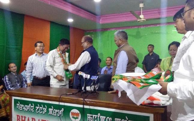 In latest setback to Congress in Manipur, its MLA Ginsaunhau joins BJP