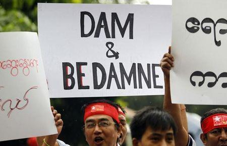 FILE PHOTO - Myanmareses living in Malaysia display placards in protest against the Myitsone dam project, outside Myanmar's embassy in Kuala Lumpur September 22, 2011. REUTERS/Bazuki Muhammad