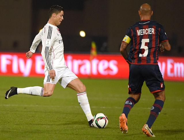 Real Madrid's Portuguese forward Cristiano Ronaldo (L) kicks the ball next to San Lorenzo's midfielder Juan Mercier during their FIFA Club World Cup final football match in the Moroccan city of Marrakesh on December 20, 2014 (AFP Photo/Fadel Senna)