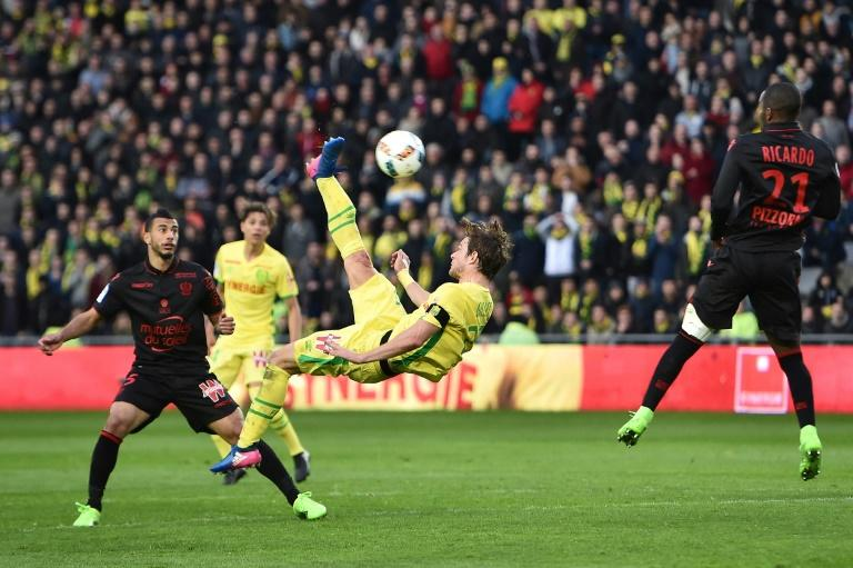 Nantes' Belgian midfielder Guillaume Gillet (C) performs a bicycle kick during the French L1 football match against Nice March 18, 2017