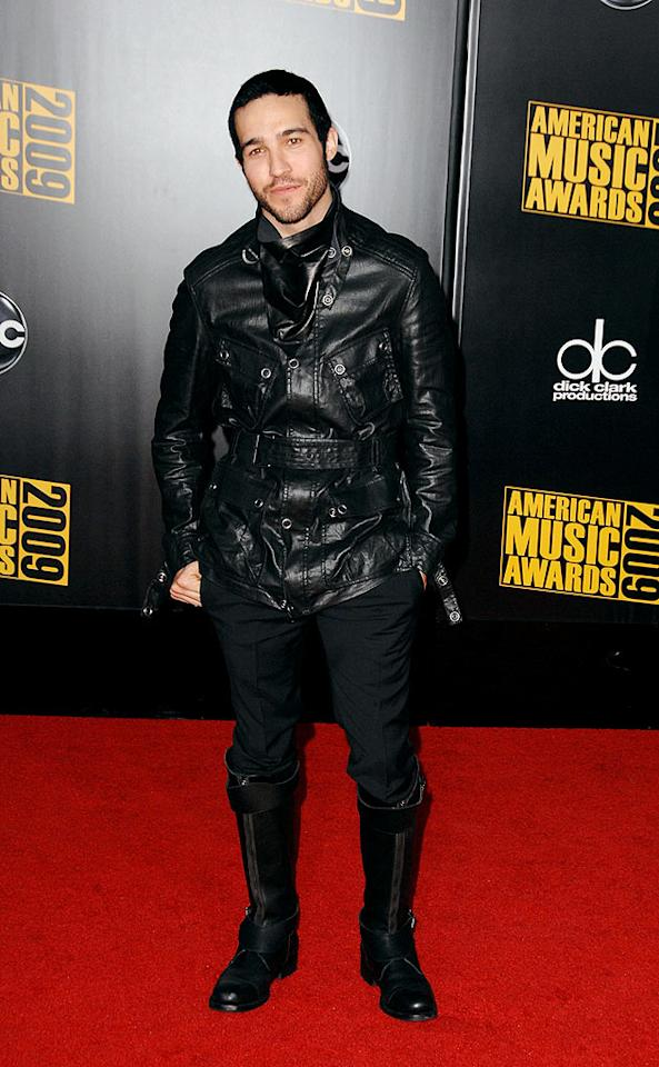"Pete Wentz  Grade: B+  The Fall Out Boy arrived sans wife Ashlee Simpson and managed to look kinda cool in his military-inspired getup, which featured an ascot, a belted leather jacket, and badass boots. Steve Granitz/<a href=""http://www.wireimage.com"" target=""new"">WireImage.com</a> - November 22, 2009"