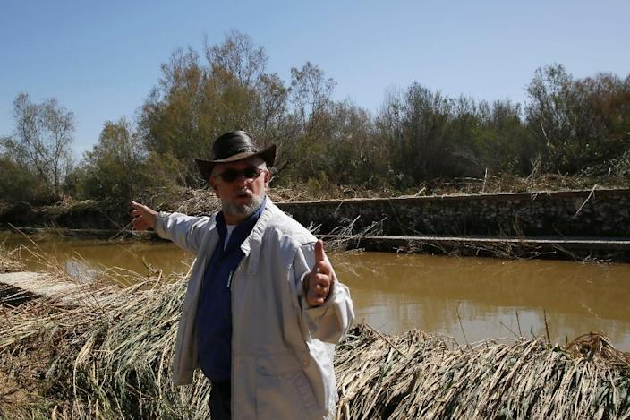 Israeli official Boaz Kretschmer -- the head of strategy at Eshkol Regional Council -- points to what remains of the flood water in Nahal Besor, a seasonal stream in the Western Negev, on February 26, 2015 (AFP Photo/Gali Tibbon)