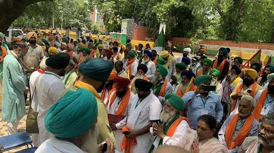 """<div class=""""paragraphs""""><p>Farmers paying tribute to their martyrs.</p></div>"""