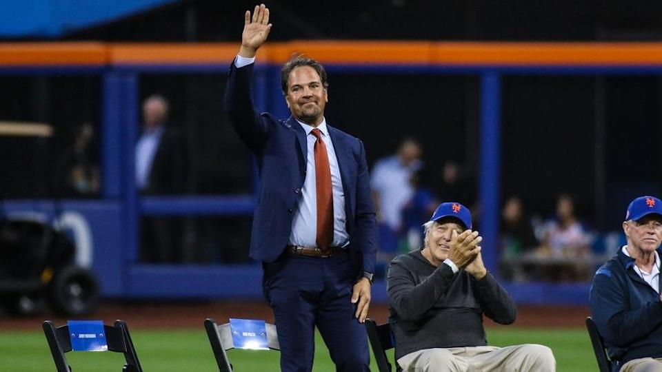 Mike Piazza waves at Citi Field for Koosman retirement ceremony